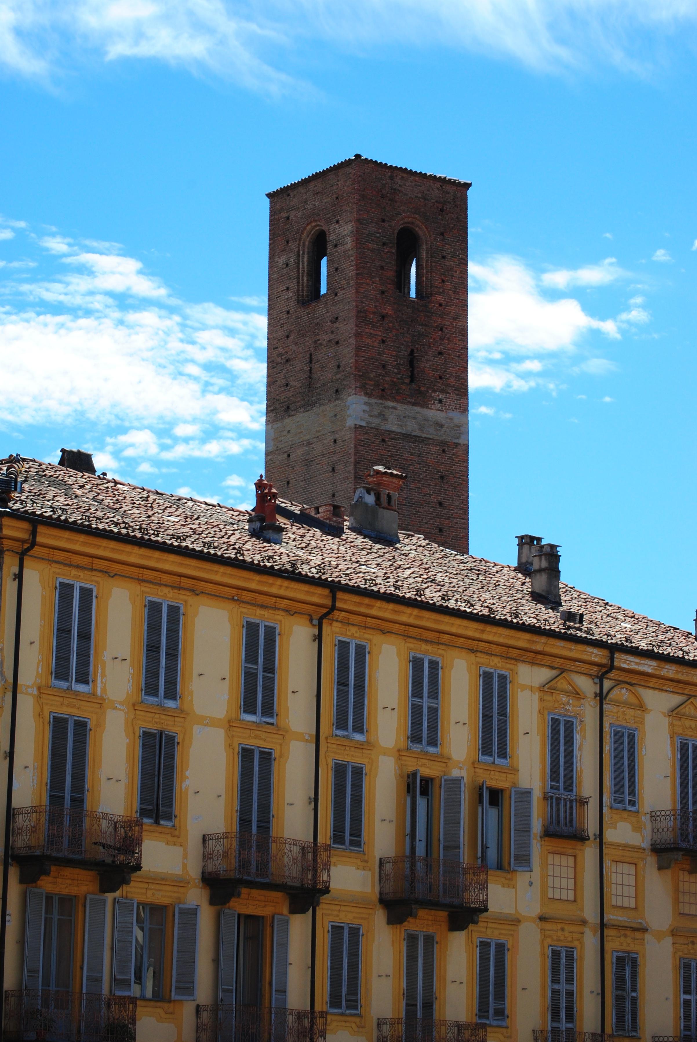 Gul facade og gammelt tårn