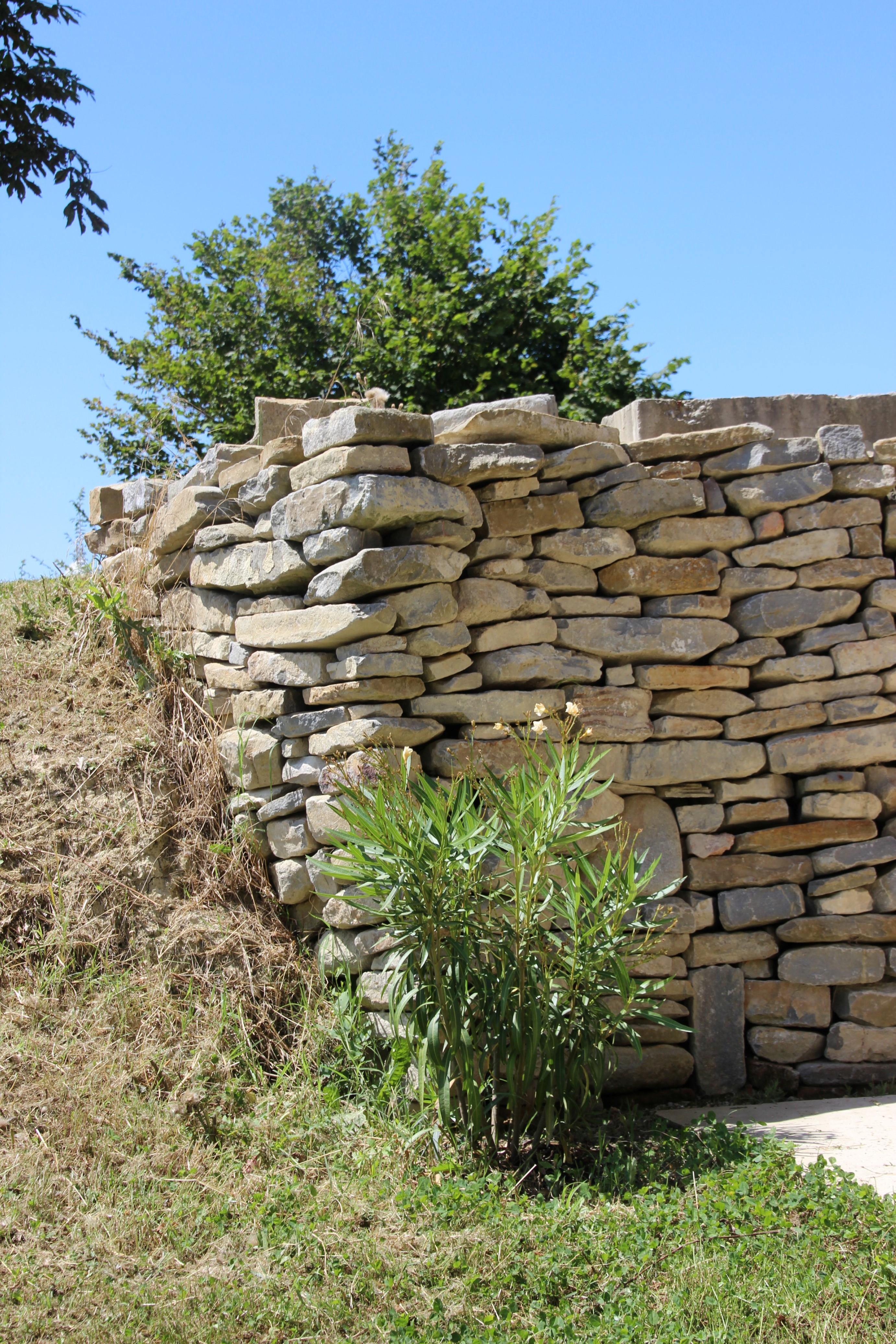 Nerie og stenvæggen